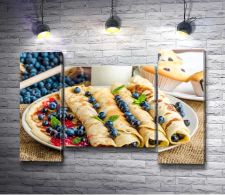 Блюдо с блинами и ягодами