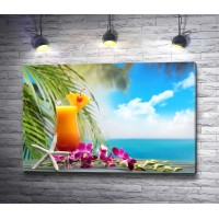 Фруктовый коктейль на тропическом пляже
