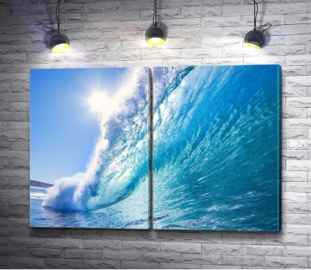 Сильная волна в океане