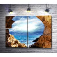 Вид из каменной арки на море