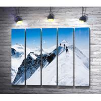 Альпинисты на вершине снежной горы