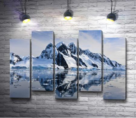 Заснеженные горы. Отражение в воде