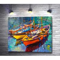 Три яркие лодки у причала