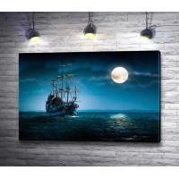 Старинный парусник в открытом море на фоне луны