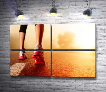 Девушка в кроссовках перед пробежкой