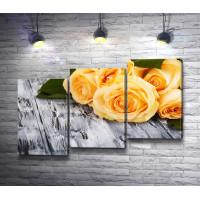 Желтые розы на деревянном столе