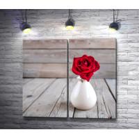 Красная роза в белой вазе на деревянном столе