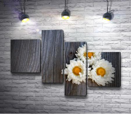 Три ромашки на деревянном холсте