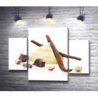 Десертный крем и стручки ванили на белом фоне