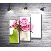 Розовые пионы в корзинке
