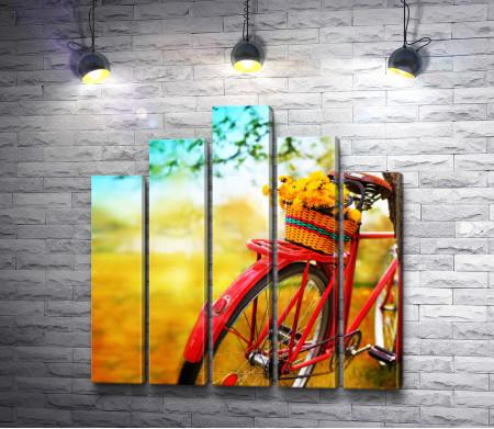 Велосипед с корзинкой желтых одуванчиков