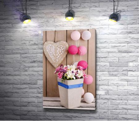 Композиция из букета цветов, сердца и шариков