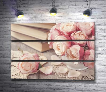 Натюрморт с чайными розами, книгами и кружевом