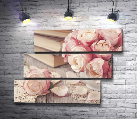 Натюрмот с чайными розами, книгами и кружевом