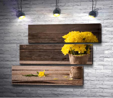 Желтые хризантемы в вазе
