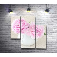 Нежно-розовые пионы в белой вазе