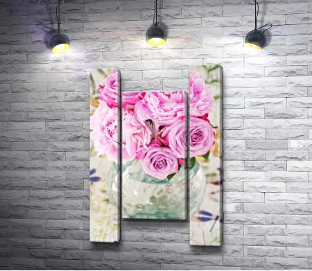 Букет из розовых пионов в стеклянной вазе