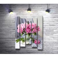 Розовые пионы в вазе на фоне дымчатой портьеры