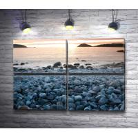 Каменистый пляж на рассвете
