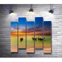 Три лодки на берегу во время заката