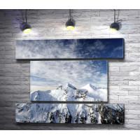 Панорама снежной горы на восходе солнца