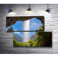 Вид на водопад из грота скалы