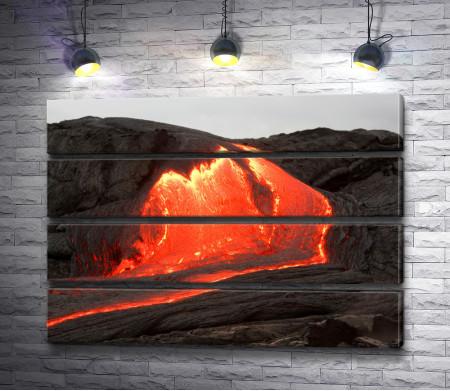 Вулканическая лава движется по горе
