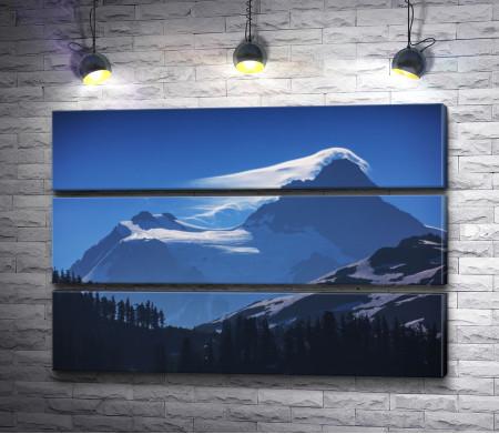 Ночной вид на заснеженные горы