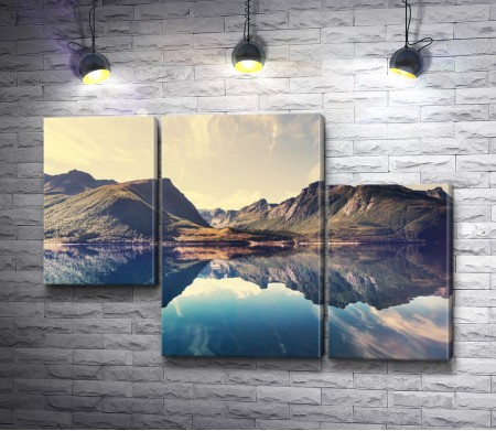 Отражение гор в зеркальном озере