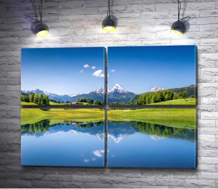 Альпийские луга и горы отражаются в озере