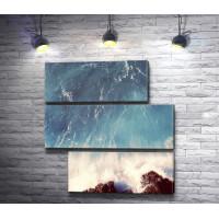 Бурлящая волна разбивается о камни
