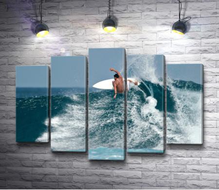 Серфингист на океанской волне