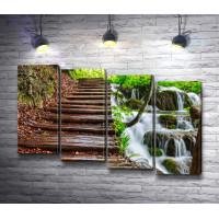 Деревянная лестница на фоне каскадного водопада