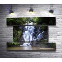 Каскадный водопад в лесу