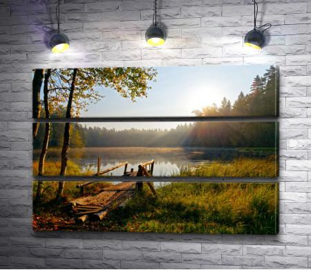 Осенний пейзаж с деревянным причалом