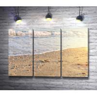 Морской прилив на песчаном пляже