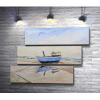 Рыбацкая лодка на песчаном пляже