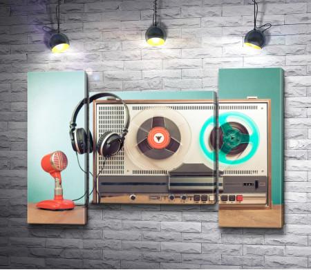 Ретро-магнитофон с наушниками и микрофоном