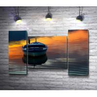 Лодка на воде в закате