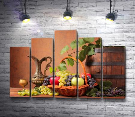 Натюрморт: Деревянные бочки, свежие фрукты и металлическая посуда