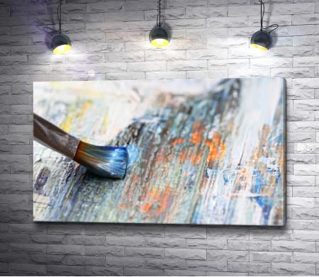 Кисточка в краске и деревянный холст