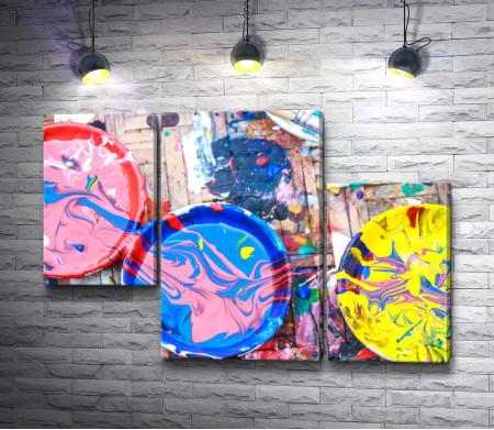 Тарелки и пол в разлитой краске