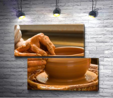 Руки гончара, создающие глиняную тарелку