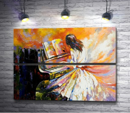 Девушка в платье играет на пианино
