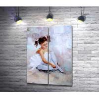 Юная балерина одевает пуанты