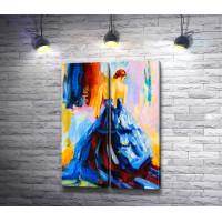 Изящная девушка в синем вечернем платье