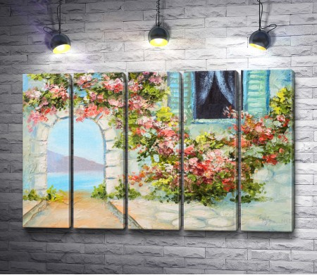Вид на море через арку в цветах