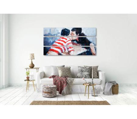 Влюбленные целуются над столом