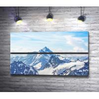 Заснеженные вершины гор в облаках