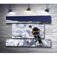 Альпинисты взбираются на снежную гору